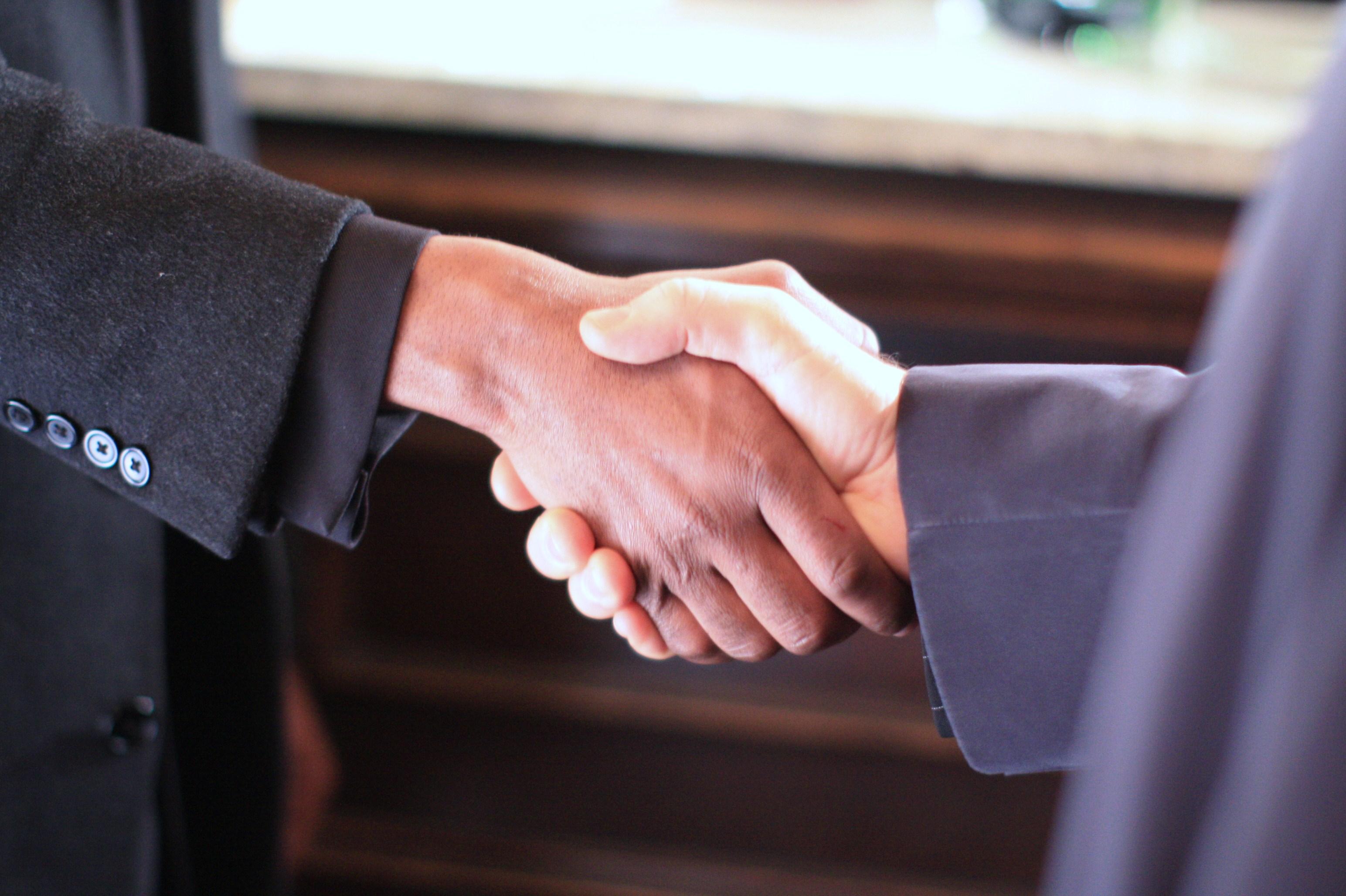 stretta di mano accordi mani dimissioni