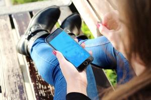 Smartphone_donna_consumatori_connessi