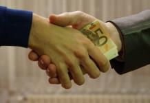 Stretta di mano con euro corruzione