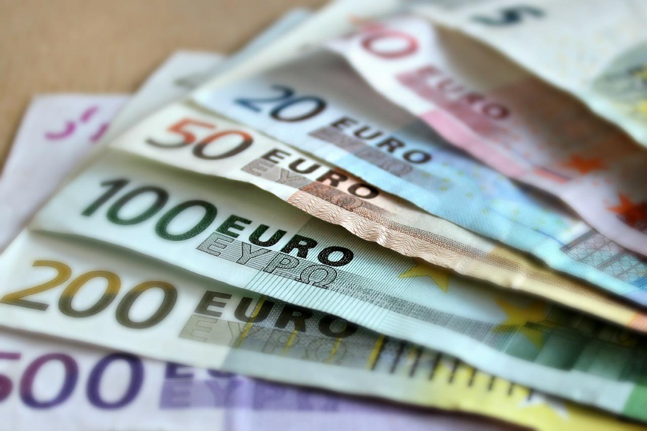 banconote euro fondi finanziamenti agevolati alle imprese prestito Pagamenti dalla Pa