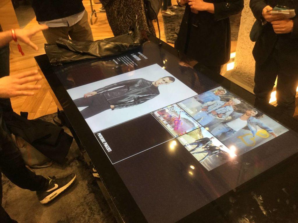 Lo smart table nel Diesel Store di Milano: si appoggia il capo sul tavolo e l'etichetta elettronica avvia l'interazione