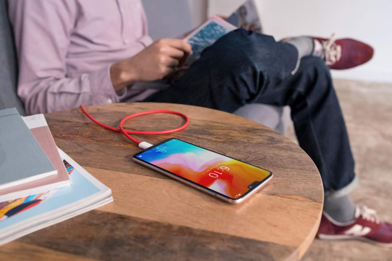 Nella versione Silk White il nuovo One Plus ricorda molto da vicino l'iPhone X